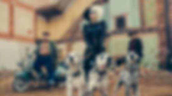 艾瑪史東化身年輕版《庫伊拉》!101忠狗前傳真人版,煙燻妝皮衣霸氣牽大麥町狗劇照曝光