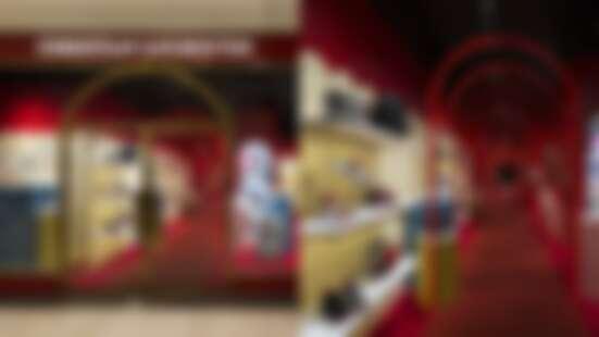 整間店鋪滿的華麗紅絲絨!進門就有紅色拱門迎接,紅底鞋Christian Louboutin期間限定店開在這裡