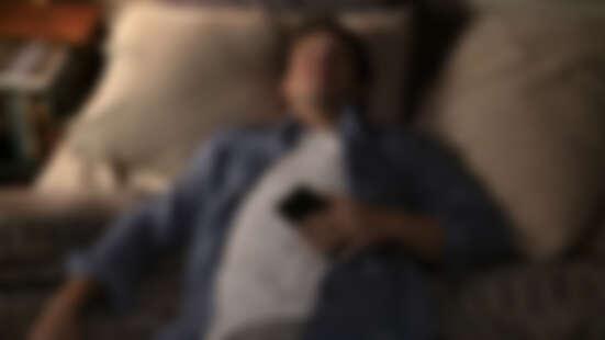 《神機有毛病》歌喉讚亞當迪凡爆笑演出!史上最賤手機登場,內建Siri叫起床飆髒話:「起床,你這王八!」