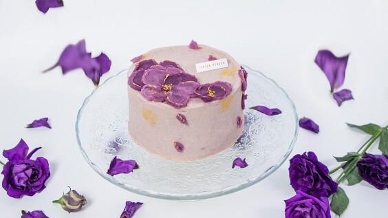 芋頭控必吃!鮮乳坊X板橋點點甜甜推「芋頭金沙戚風蛋糕」,母親節限定聯名款紫色花瓣絕美登場
