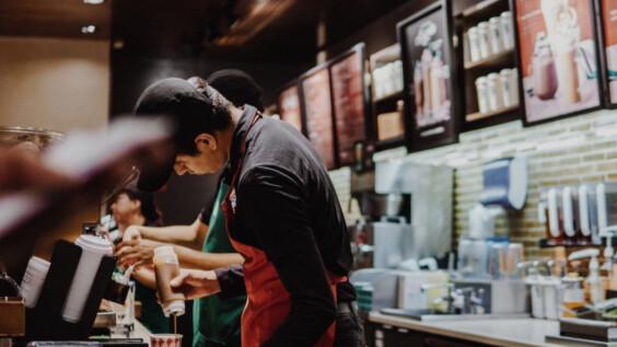 一杯星巴克竟有30樣要求!疫情下的餐飲業該如何生存?