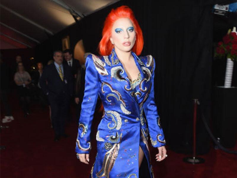 第58屆葛萊美紅毯直擊!Lady Gaga壓軸亮相造型向David Bowie致敬