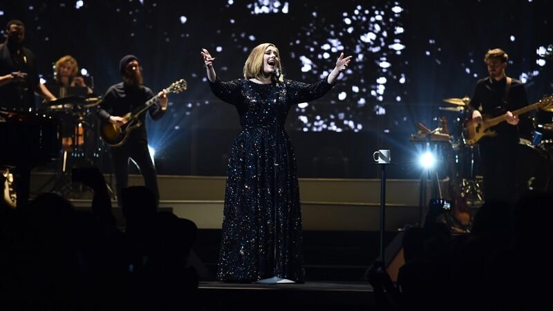 怎麼那麼美!盤點鐵肺歌后Adele演唱會造型選集