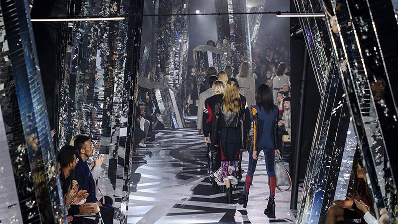 【巴黎時裝週】Louis Vuitton秋冬玩考古!20萬面碎鏡子打造迷幻的失落之城