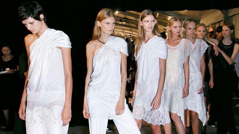雋永純白色是初夏最清爽的搭配首選。