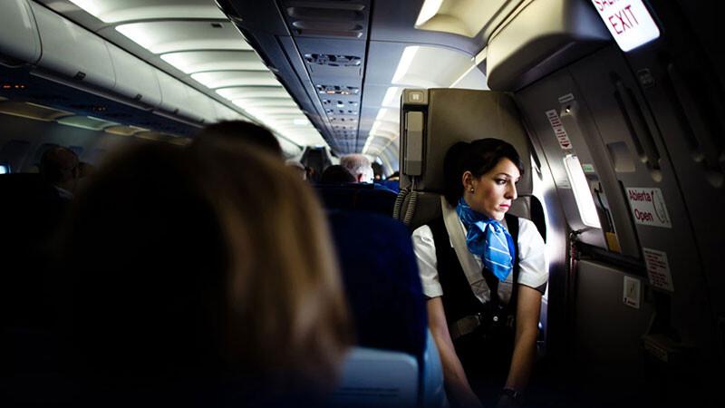 「被騷擾、被恐嚇,還有無止盡工作疲勞!」空服員老實說,三萬英呎的高空秘辛