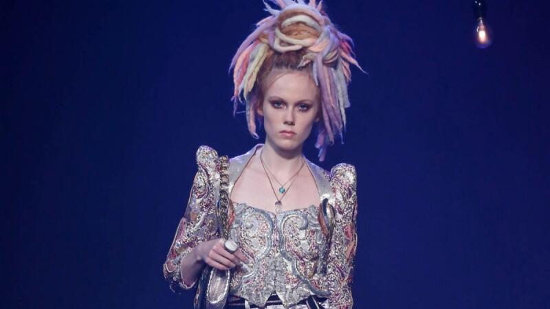 【紐約時裝週】燦爛星光中劃下句點!彩色雷鬼頭、天鵝絨毛草、厚底羅馬靴Marc Jacobs春夏大秀超多亮點