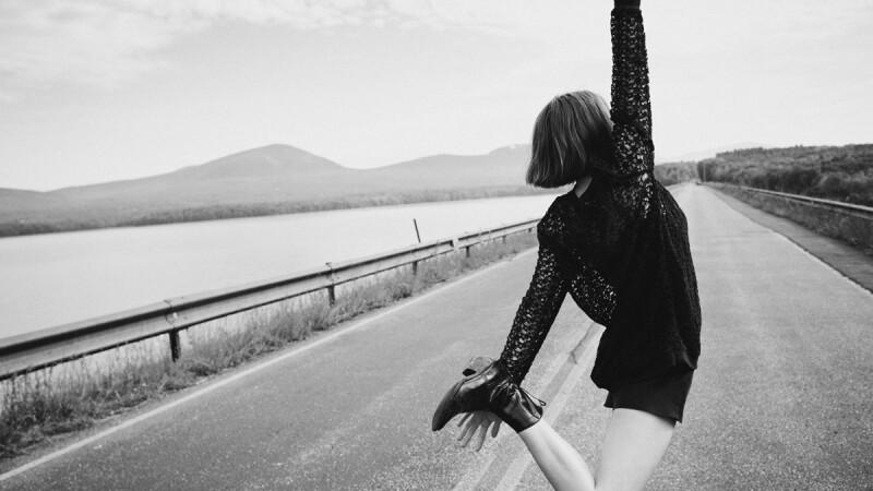 AllSaints 春夏攜手Maya Hawke 尋求奔放自由的渴望