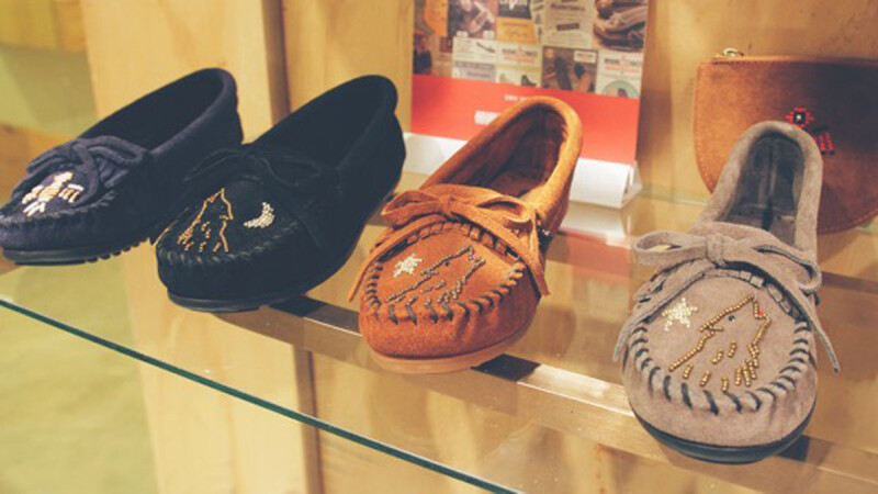 Minnetonka 秋冬結合法式珠繡手藝 獻上童趣俏皮莫卡辛鞋