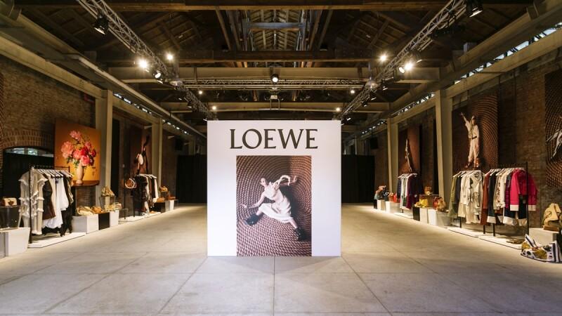 LOEWE春夏系列的慵懶度假風!亞麻罩衫、不對稱寬袖..5大初春流行重點