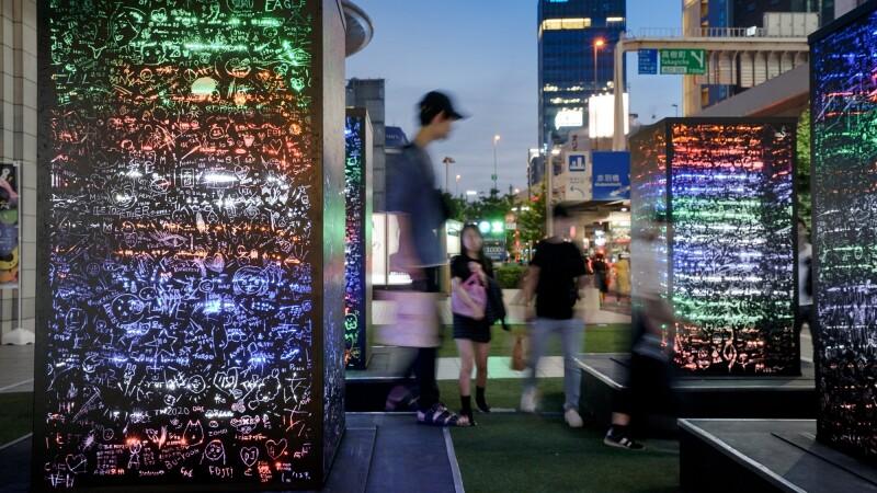 臺灣藝術家莊志維以集體書寫療癒現實生活,一夜限定《黑暗中的彩虹》帶您夢遊六本木