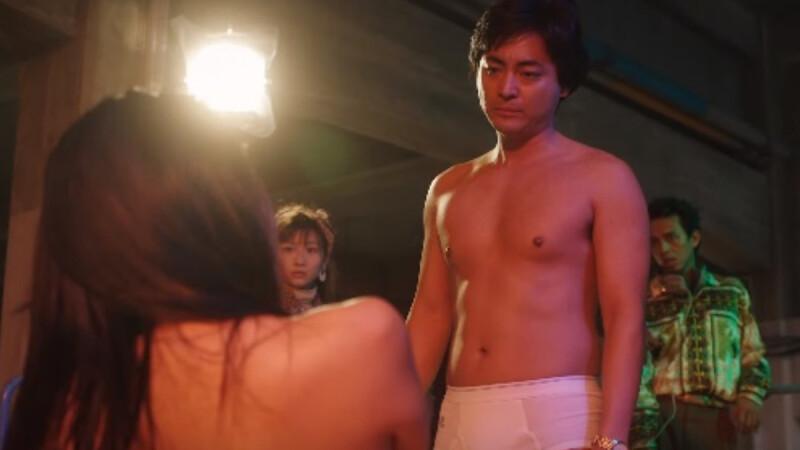《AV帝王》揭開日本色情片導演村西透波的AV世界!僅穿白色內褲半裸拍片,山田孝之超狂演出