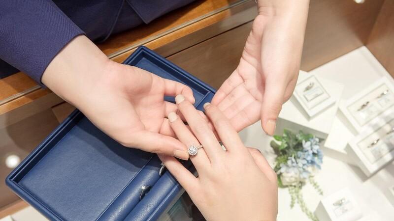 """【編輯試戴】親自體驗""""每一個細節都堅持""""的日本首席婚鑽品牌魅力,考究工藝職人精神讓手上鑽戒更加閃耀的幸福,不能只有M編知道!"""