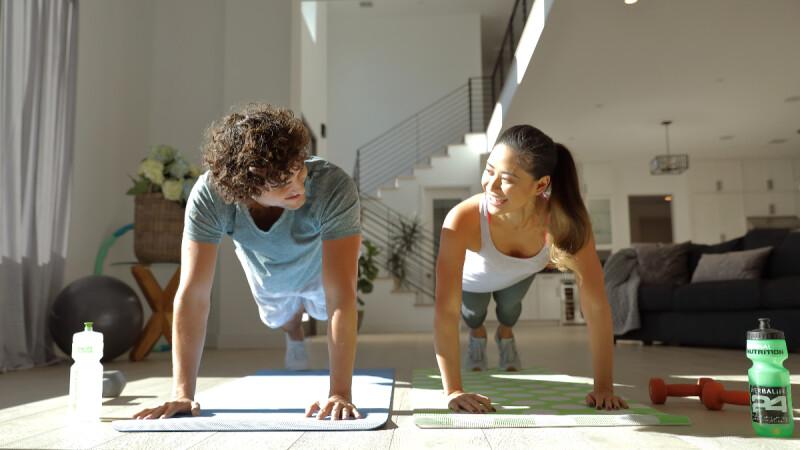 居家防疫動起來!瘦手臂/瘦小腹/翹臀/瘦腿…每天20分鐘5組健身強招 做好做滿瘦一波!