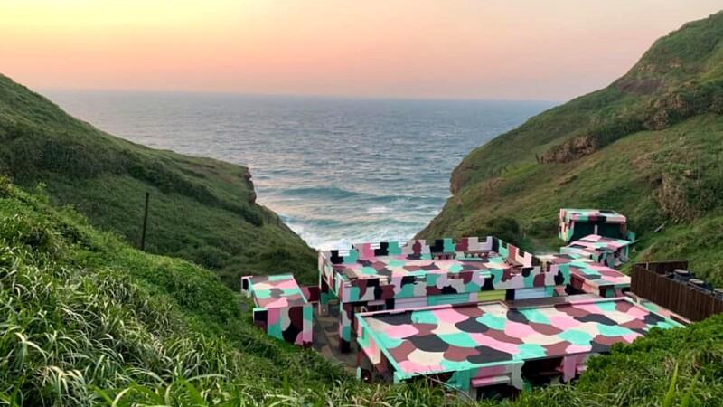 北台灣看海新景點!「鼻頭角聽濤營區」閒置20年正式開放,不只有療癒海聲,還有超好拍粉色迷彩、彩虹階梯與咖啡廳