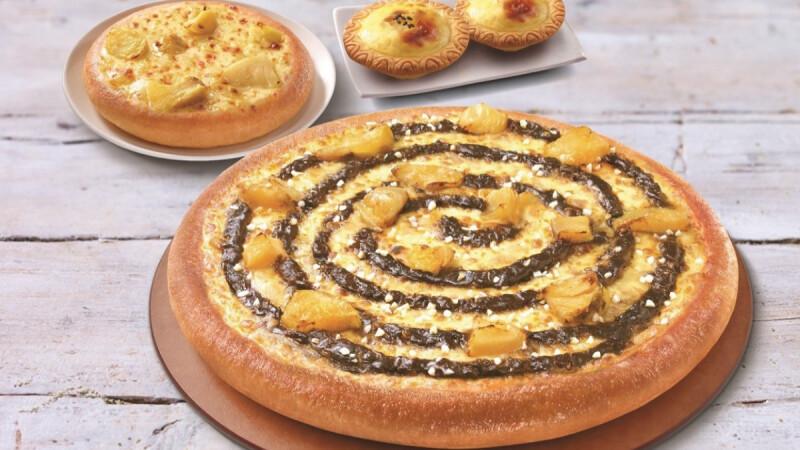 必勝客全新推出「黃金榴槤白咖啡」口味比薩!榴槤香氣與咖啡超狂結合,加碼「黃金榴槤起司塔」上市