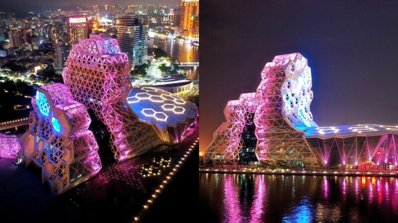 「高雄流行音樂中心」絢爛試燈!結合粉色珊瑚、藍色海底生物意象成最新約會景點,平日、假日點燈時間公開