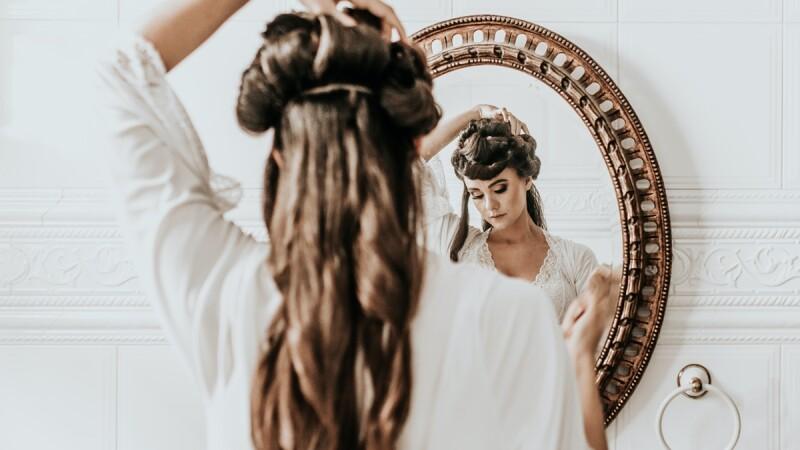 先別急著將白髮染黑!「這樣做」不但看起來更時尚年輕,還能延緩染髮週期