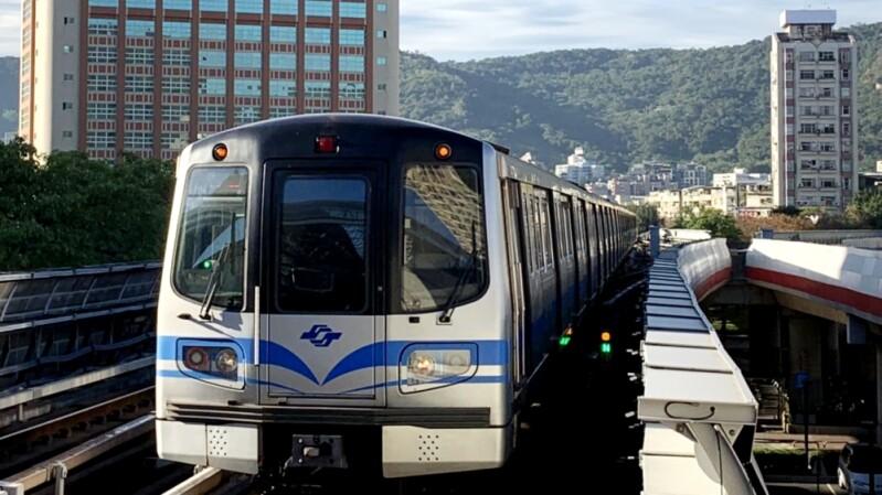 雙北升級三級警戒!捷運、台鐵區間車進行人流管制,5大交通防疫措施再強化,出門民眾需注意