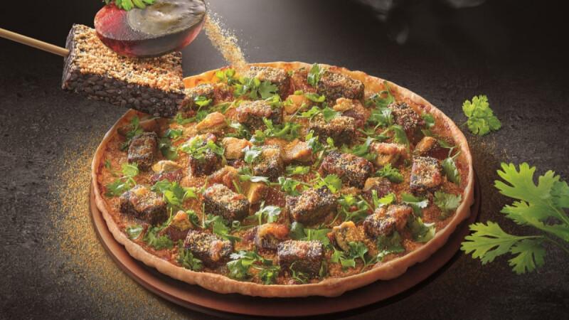 必勝客新口味太狂啦!「香菜皮蛋豬血糕比薩」混搭台味驚喜上市,你是「愛香菜派」還是「反香菜派」?