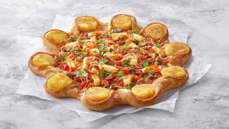 必勝客再出招!全新泰式「冬蔭功蝦餅比薩」登場,撒上滿滿香菜,還有肥美金錢蝦餅吃得到