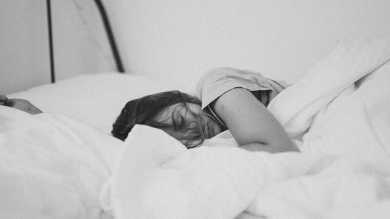 「睡眠」比你想得更重要!成年人所需睡覺時間曝光,長期睡不飽恐增加心臟病風險、記憶力衰退