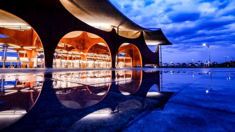 「波光市集」新竹南寮最新打卡地標!全國首座海浪意象特色建築,入夜倒影+黃金沙灘色系美呆