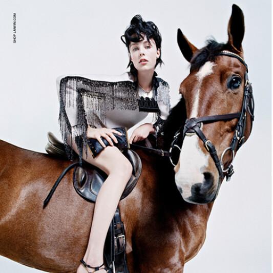 她的寵物馬也來了!超模Edie Campbell全家出動為Lanvin代言!