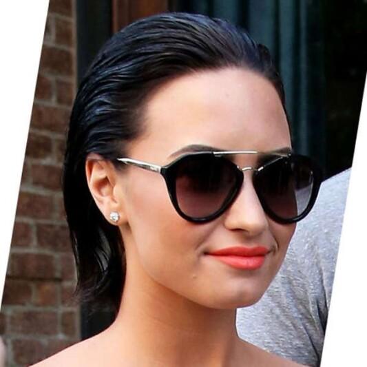 請直接拷貝!Demi Lovato經典後梳LOB頭+美橘唇今夏最最潮