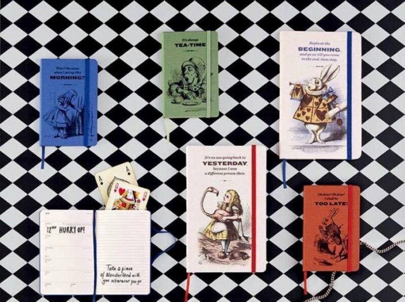 大英圖書館授權愛麗絲夢遊仙境首版插畫  Moleskine 年度主題手札白雪公主經典滾石樂團單寧繽紛風格 首次快閃店登場