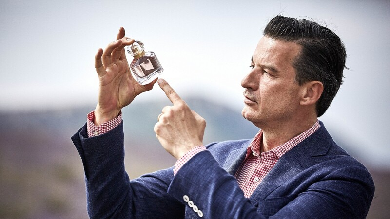 加了「牡丹」的新版裘莉香水蘊藏調香師巧思!每噴一次,都是一趟最美好的世界香氛之旅…