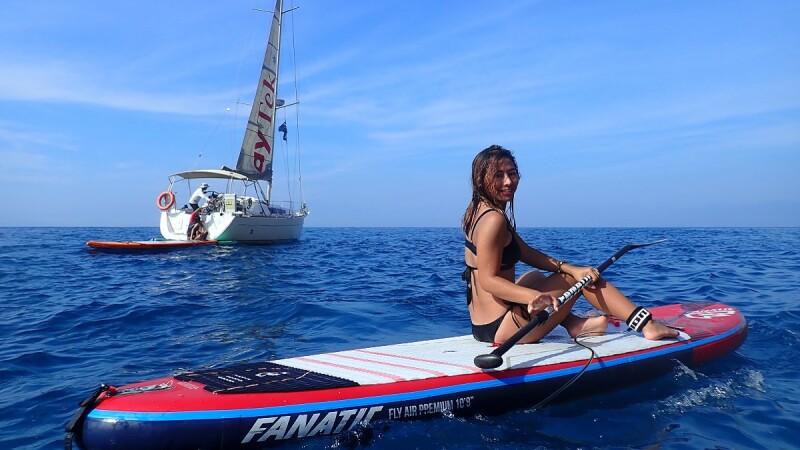 Mika謎卡帶路,「SUP立槳衝浪帶我抵達平常到不了的地方,從海上回望島嶼好美。」