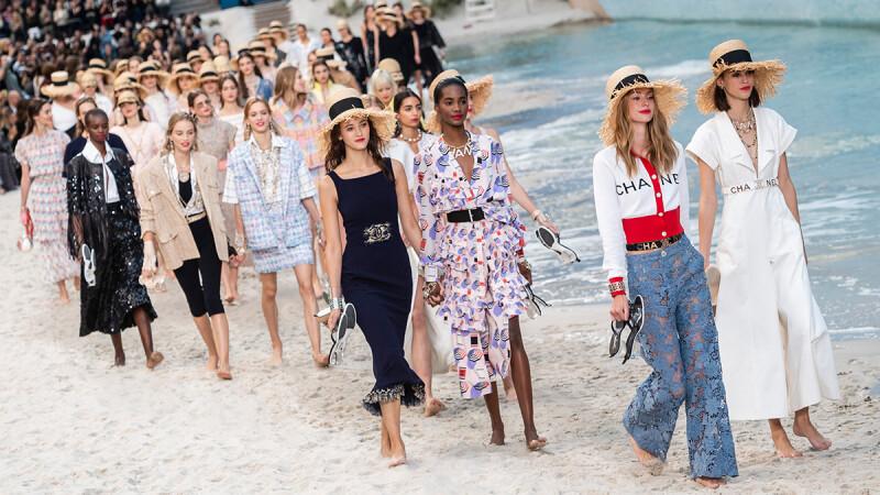 模特兒們光著腳丫踩浪花走秀!CHANEL春夏大秀把秀場變成度假海灘