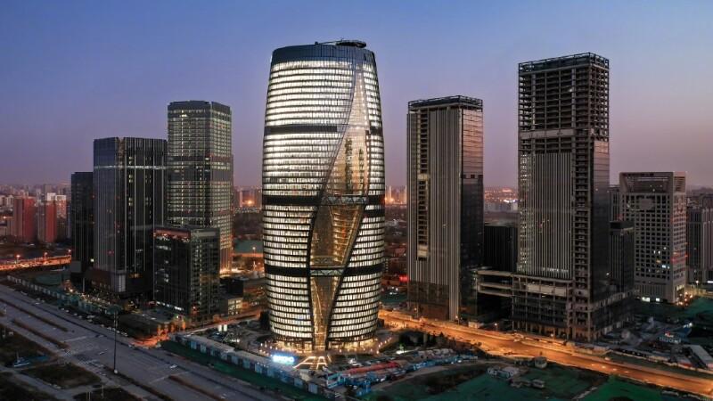 建築女王Zaha Hadid遺作開幕!北京麗澤SOHO成「全球最高中庭建築」,雙塔扭轉45度好似優雅跳著舞