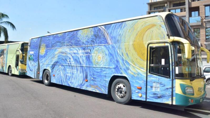 全台最美公車!屏東10輛「藝術公車」上路,換上世界名畫《星夜》、《蒙娜麗莎》彩繪,成一道道迷人城市風景