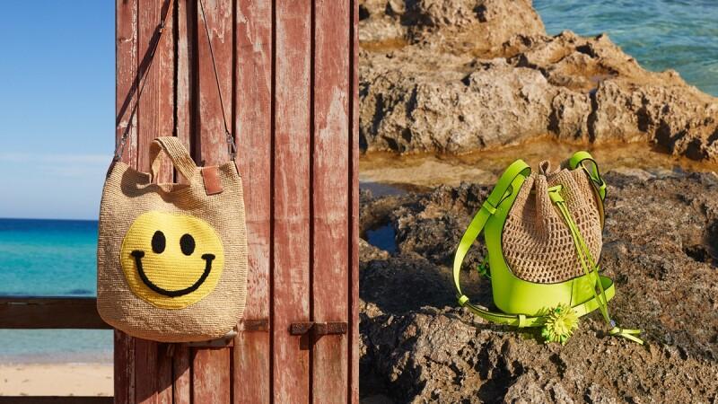 用笑臉樂觀迎向未來!Loewe Paula's Ibiza系列再推Smiley®聯名款,笑臉氣球包、竹編籃、手機袋…全是度假旅行首選