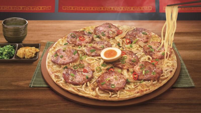 必勝客新口味拉麵披薩太狂了!首度與麵屋武藏合作,還有大片叉燒肉、溏心蛋一次滿足