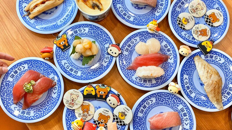 拉拉熊變成壽司啦!藏壽司推11款拉拉熊限定扭蛋,鐵火捲拉拉熊、鮮蝦小黃雞超欠扭,還有鮪魚祭開跑