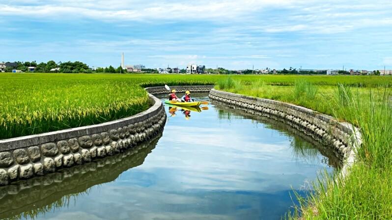 宜蘭可以這樣玩!捷絲旅宜蘭礁溪館讓你在「黃金稻浪」中划獨木舟,還能餵水鹿、兔子超療癒