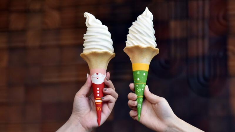 麥當勞「大蛋捲冰淇淋」換上聖誕新裝!聖誕老人、聖誕樹2款紅綠包裝,加碼推出限量文具「雙色鉛筆」