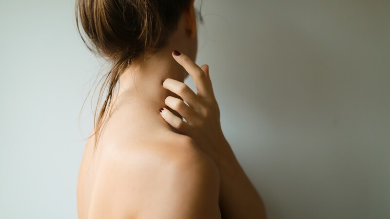 夏天背上粉刺、痘痘狂冒怎麼辦?皮膚科醫師建議,日常生活這8招學起來!養出人人羨慕的美背