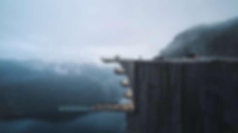 你敢游嗎?挑戰膽量極限的「懸空透明泳池」即將登場,座落604公尺高懸崖,宛如漂浮在壯闊峽灣上