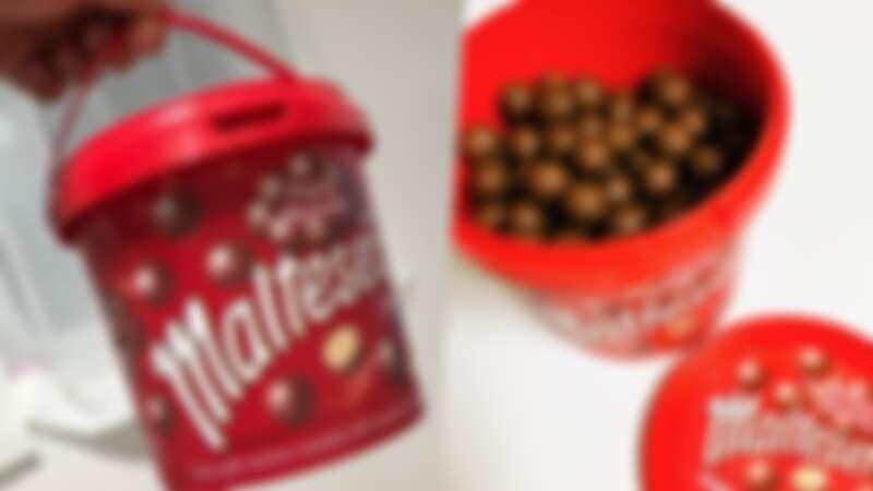 巧克力控必買!韓國推「麥提莎巧克力球Maltesers」桶裝大容量版,加入牛奶更美味