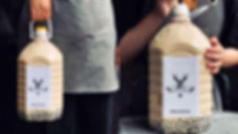 珍奶控給它喝起來!馬來西亞手搖店推出超狂5公升巨桶珍珠奶茶,捧著喝完全超霸氣啊