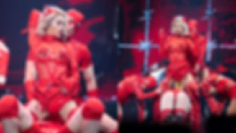 Jolin蔡依林太辣了!演唱會身穿紅色馬甲、薄紗秀美胸,與男舞者「床戰」調情令人臉紅心跳