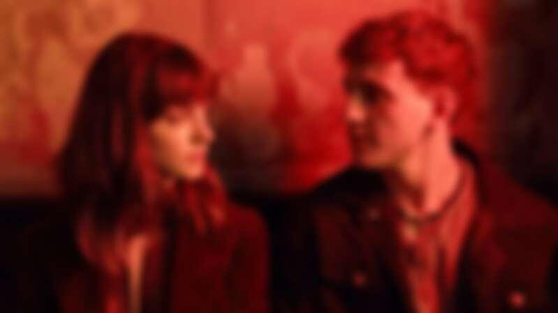 後來,沒有我們,只有兩個曾經熟悉的陌生人。我們該慶幸的是,曾有過目光交會、心靈相通的一剎那。