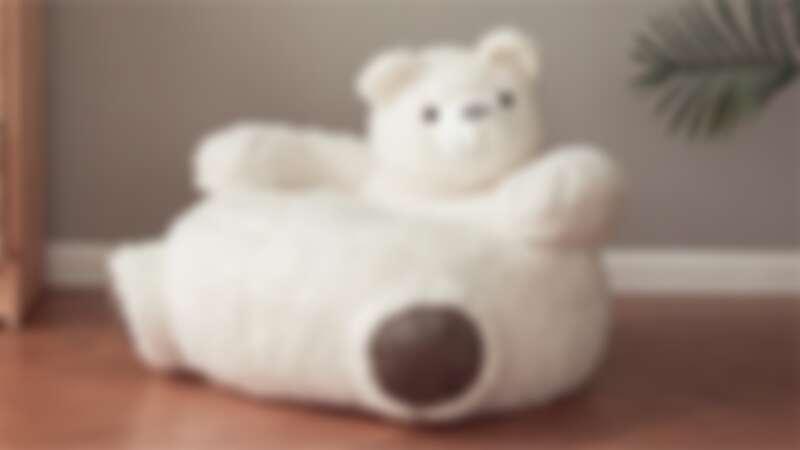 史上最萌懶人椅!國外推「小白熊沙發」雪白呆萌造型超療癒,一坐下去就不想起來啦